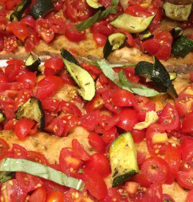 focaccia con pomodorini e zucchine grigliate